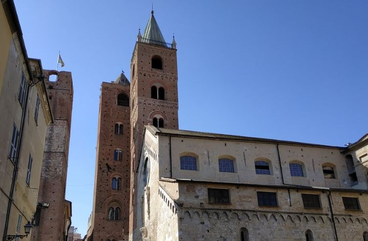 drie 13e-eeuwse torens rond de kathedraal San Michele in Albenga