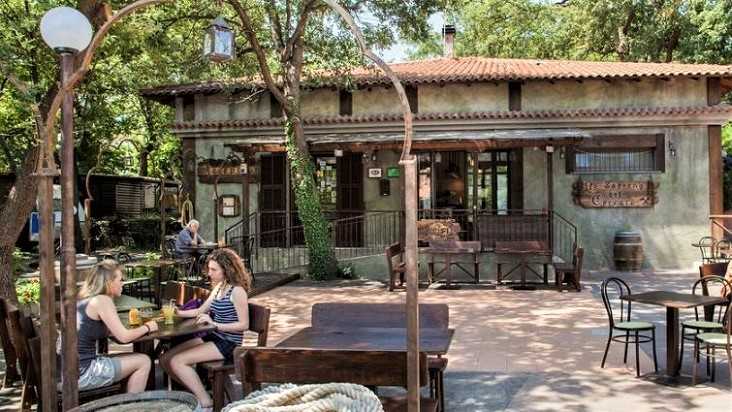 De gezellige bar van vakantiepark Il Paese di Ciribì