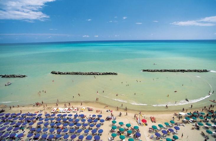 Strand nabij Pescara aan de kust van de Abruzzen