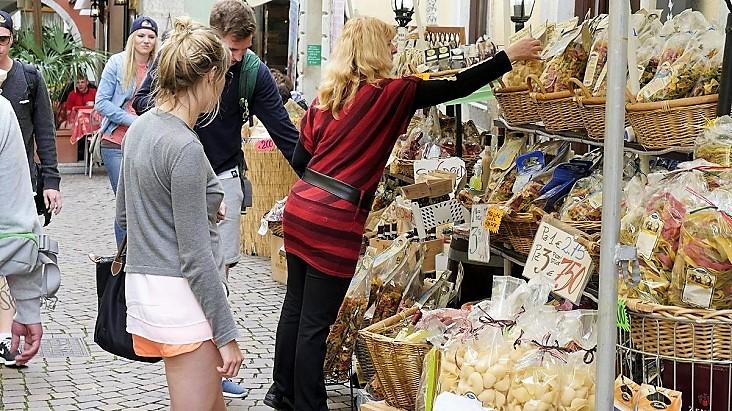 De wekelijkse markt op donderdag in Dro, Gardameer