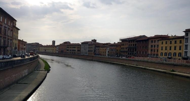 De Arno doorkruist Pisa