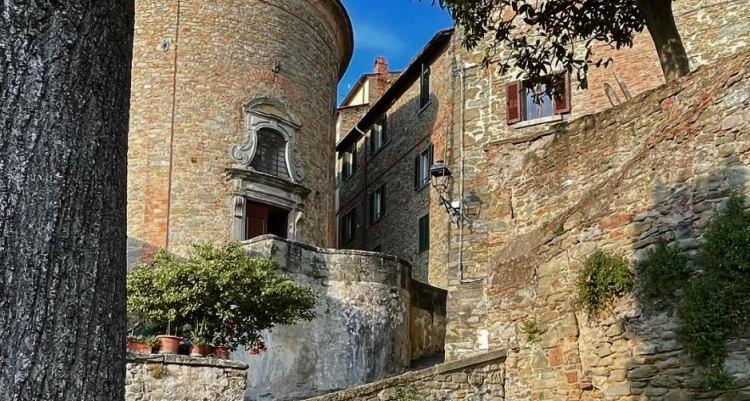 Cortona, oud muren en trappen