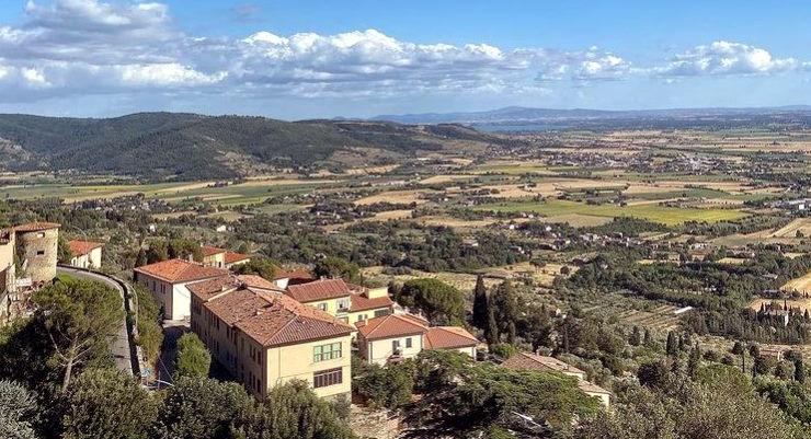 Cortona, uitzicht over het dal en het Trasimenomeer