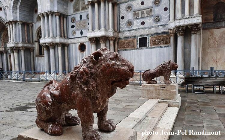 Marmeren leeuwen van Giovanni Bonazza op het Piazzetta dei Leoncini
