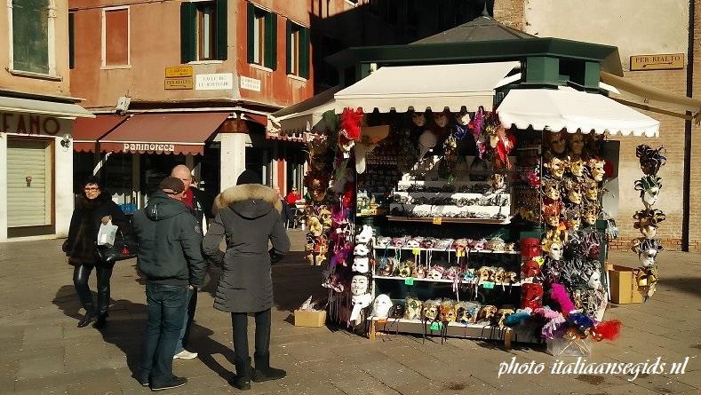 kraampjes met namaaksouvenirs in Venetië