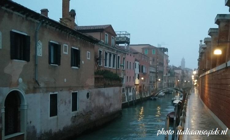dwalen door de smalle straatjes van Venetië
