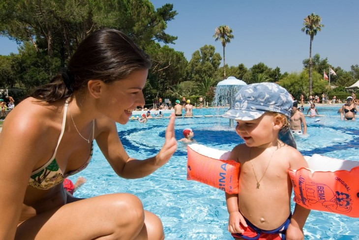 zwemplezier bij Baia Domizia Pianta Villaggio voor jong en oud (bron: baiadomizia.it)