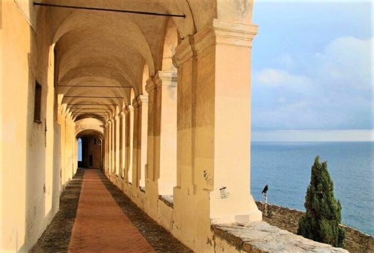 De bogengalerij van Santa Chiara in Imperia