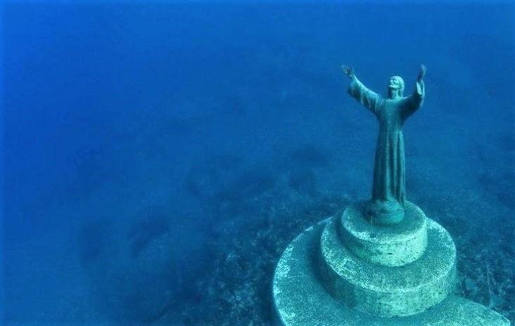 Het bronzen beeld van Christus op de zeebodem in de baai van Portofino