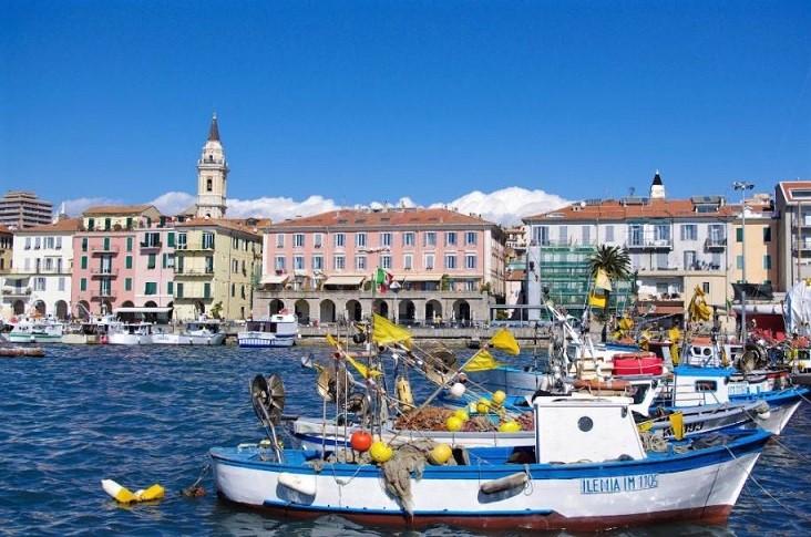 Porto Oneglia in Imperia met aan de oostelijke kant de oude vissersboten
