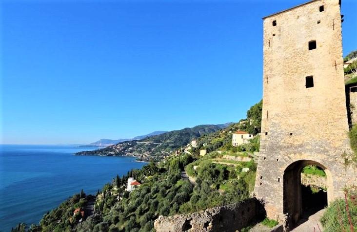 De oude stadsmuur met zicht op kustlijn van Ventimiglia