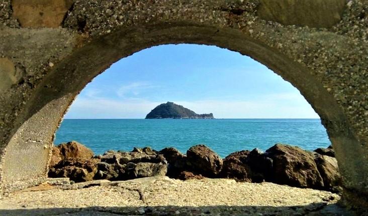het eiland Isola Gallinara voor de kust van Albenga