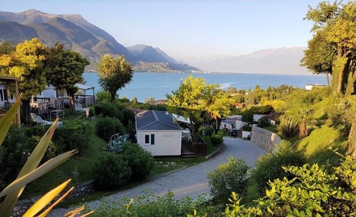 Prachtig aangelegde camping Eden Village met een fraai uitzicht